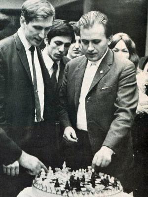 Con Bent Larsen, el único jugador que pudo ganarle una partida en el Interzonal de 1970.
