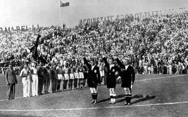 Árbitros haciendo el saludo fascista en el Mundial de 1934