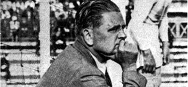 El entrenador italiano Vittorio Pozzo observa un partido. Foto FIFAcom