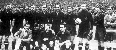 Foto de la selección española en 1934 con Zamora sujetando un balón