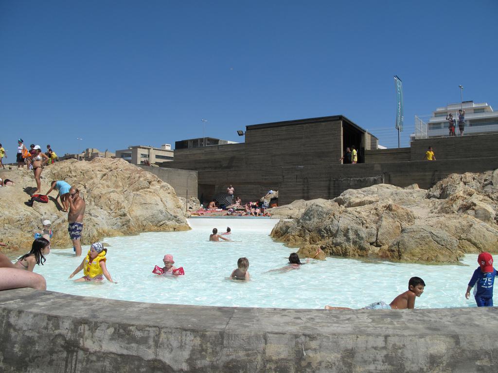 La piscina infantil y, al fondo, el edificio de los vestuarios. Fotografía de Cecilia Velcro