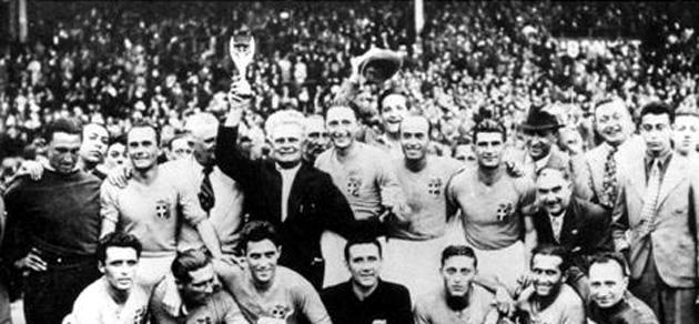 La selección italiana celebra el Mundial sobre el terreno de juego. FotoFIFAcom