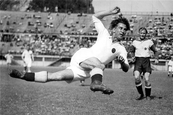 Matthias Sindelar durante un lance de juego
