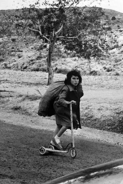 Niña con saco y patinete, del fotógrafo Francisco Ontañón.