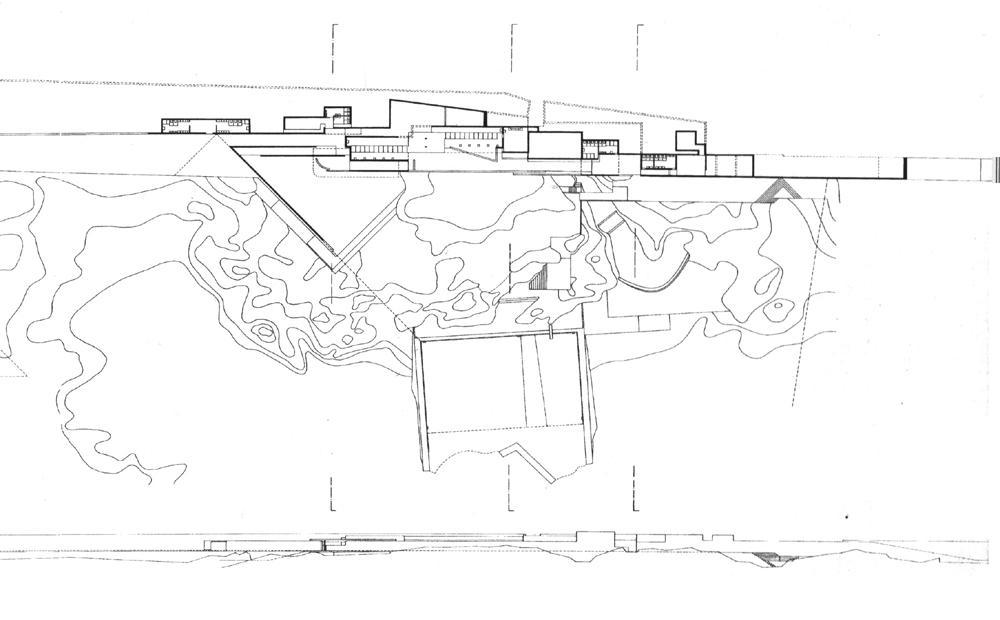 Plano del conjunto. Arriba el edificio de vestuarios y servicios; abajo las piscinas. Los muros se ven, los otros bordes se intuyen.