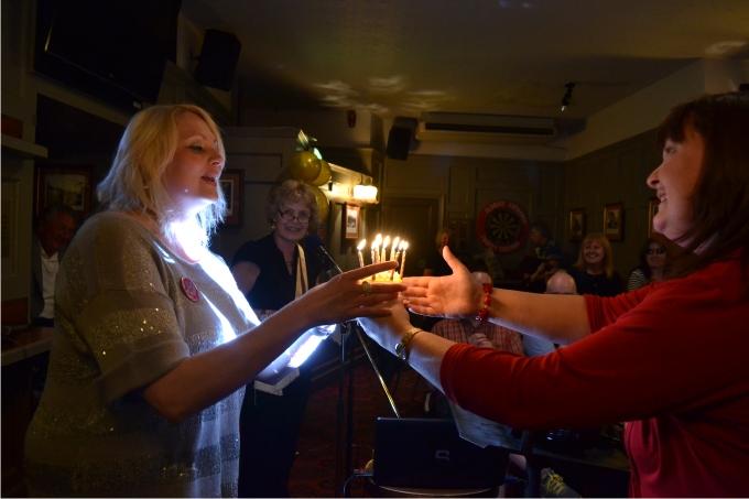 13. Lindsay soplando las velas por su cumpleaños.