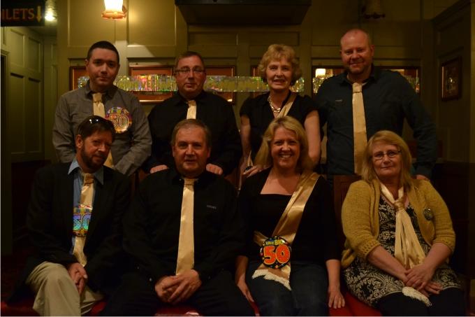 25. Los miembros del comité de la Whitechapel Society. De izquierda a derecha de pie Mickey Mayhew, Mark Galloway, Sue Parry y Steve Forster. Sentados Frogg Moody, Steve Rattey, Johanne Edgington y Jackie Murphy.