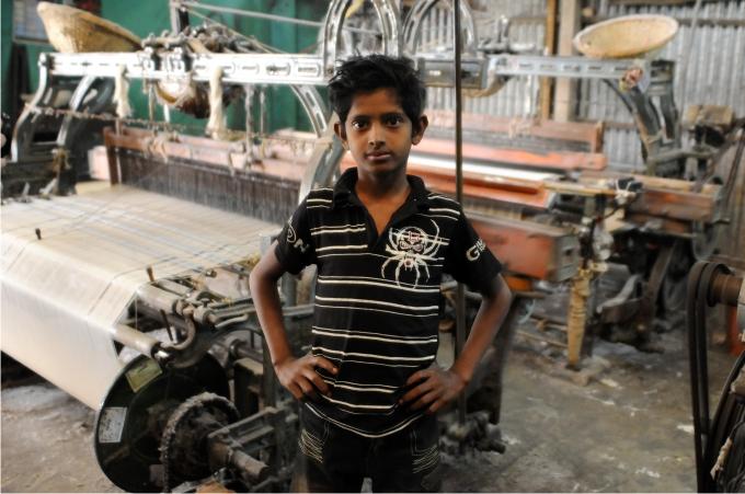 Ahmed trabaja en un telar que provee a grandes multinacionales.