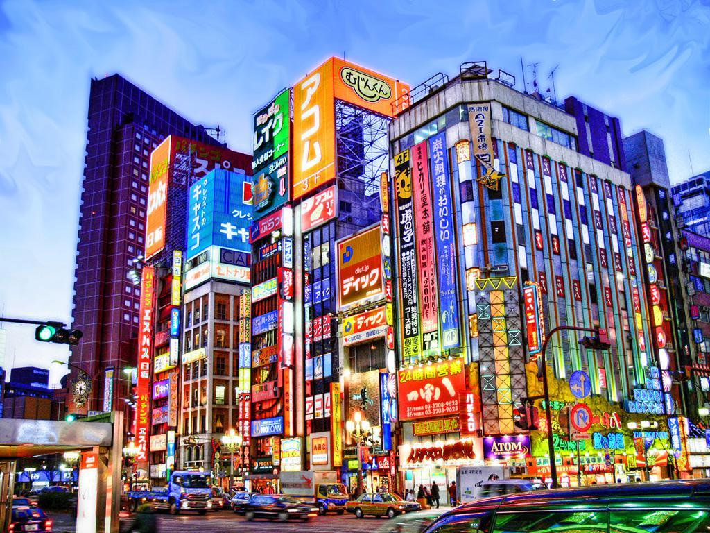 Cuando se pone el sol y termina el día, uno nuevo y opuesto al anterior comienza en las calles de la metrópoli japonesa. Fotografía de Stefano.