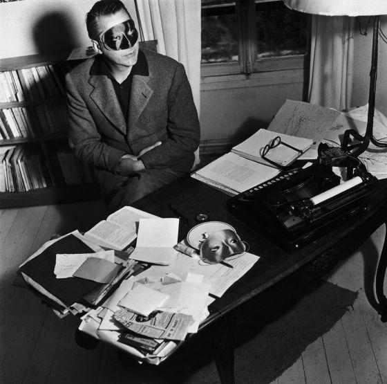 Curzio Malaparte en su escritorio.