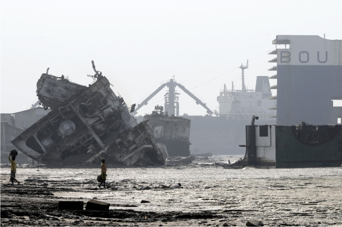 Gigantescos buques a medio desguazar en las playas de Chittagong.