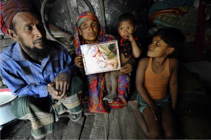 La familia de Hena muestra la foto de su hijo muerto, que les ha costado la esclavitud.