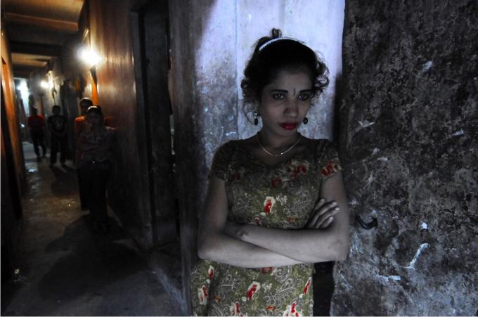 Una prostituta espera clientes en el interior del burdel de Faridpur.
