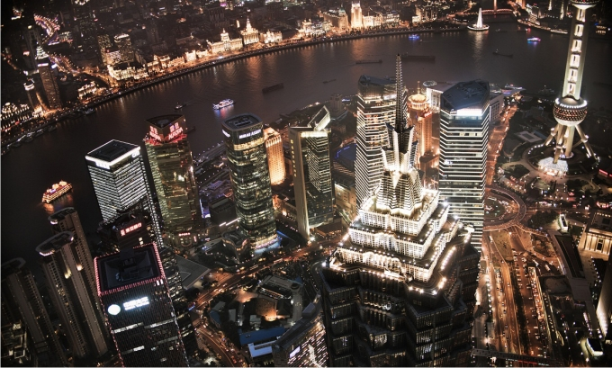 Vista desde el Shanghai Financial Center, en Pudong. En primer término, la Torre Jin Mao. Al fondo, al otro lado del Huangpu, el Bund