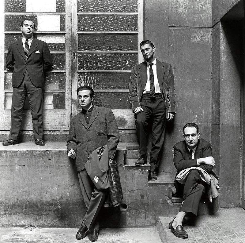 Jaime Gil de Biedma, José Agustín Goytisolo, Carlos Barral y J.M. Castellet, posando frente a los talleres de Seix Barra