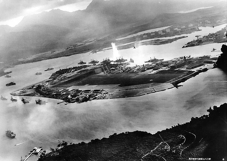 Ataque sobre Pearl Harbor visto desde uno de los aviones que integraron la primera oleada del ataque japonés., 7 de Diciembre 1941. Fotógrafo desconocido. Propiedad del (US Army)