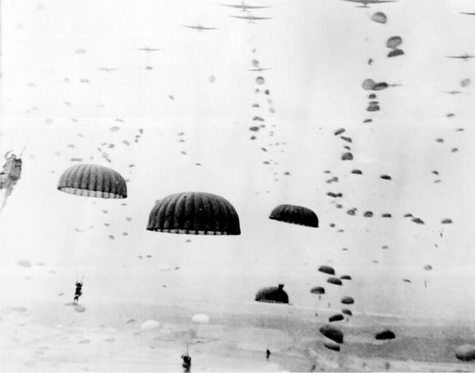Durante la Operación Market Garden miles de paracaidistas fueron lanzados detrás de las líneas enemigas, en un intento de controlar rápidamente los  Países Bajos. Septiembre 1944. (Propiedad del USFGov.)