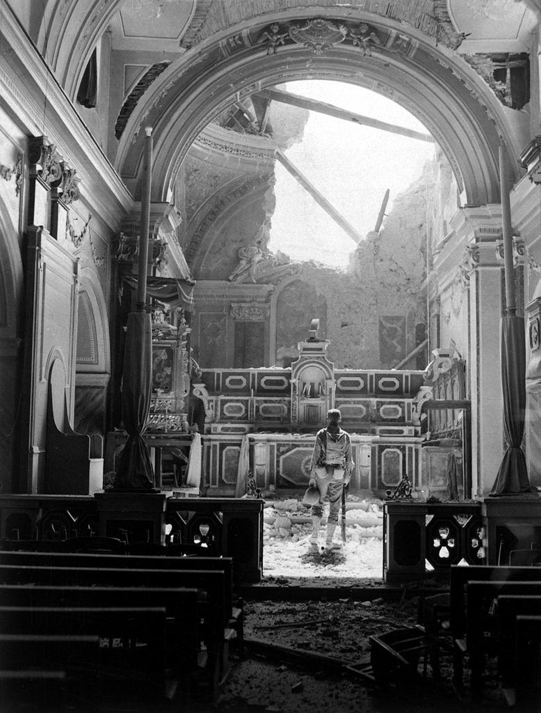Soldado Paul Oglesby del 30º de Infantería, ante el altar de una iglesia en ruinas.  Frente de Italia, 1943. (Propiedad del USFGov.)