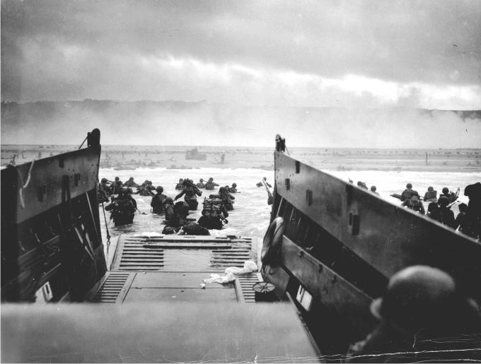 Primera oleada de asalto a las playas normandas por parte de la compañía E, 16º Infantería. Foto de Robert F. Sargent.