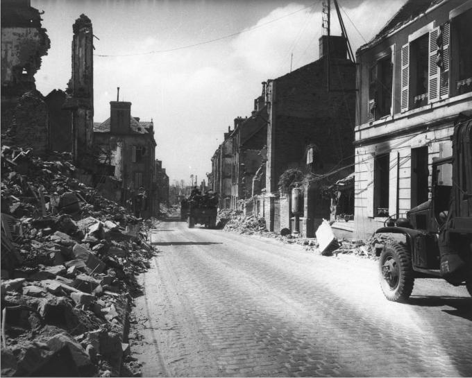 Vehículos del 1º de Infantería recorren las calles desiertas de St-Lo, en los días posteriores al Desembarco. Fotógrafo desconocido.