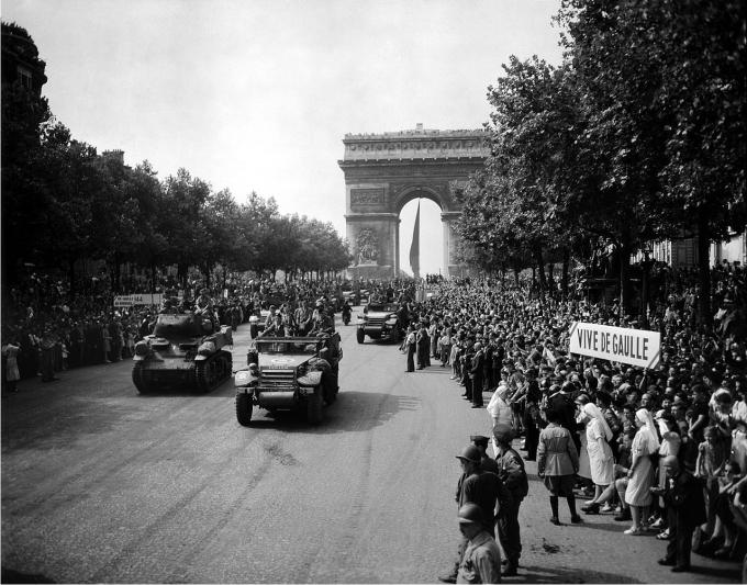 Fuerzas del General De Gaulle desfilan por los Campos Elíseos. 26 de Agosto 1944. (Librería del Congreso USA).