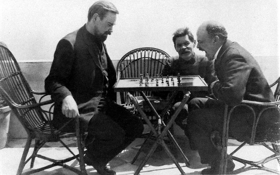 Alexander Bogdanov y Lenin juegan al ajedrez. Maximo Gorki observa.