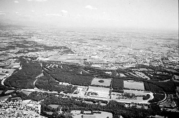 Foto aérea del autódromo de Monza, con la ciudad en la parte superior.