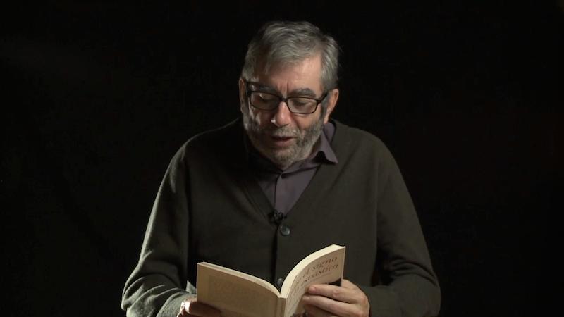 """Antonio Muñoz Molina leyendo un libro de Manuel Chaves Nogales. Fotograma del documental """"El hombre que estaba allí"""" © Asma Films"""