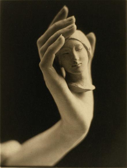 Head and Hand, 1925. Expuesta en Salón de Londres de Fotografía en 1928.