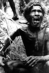 Nativo de Nueva Guinea llorando de miedo tras ver a su primer hombre blanco