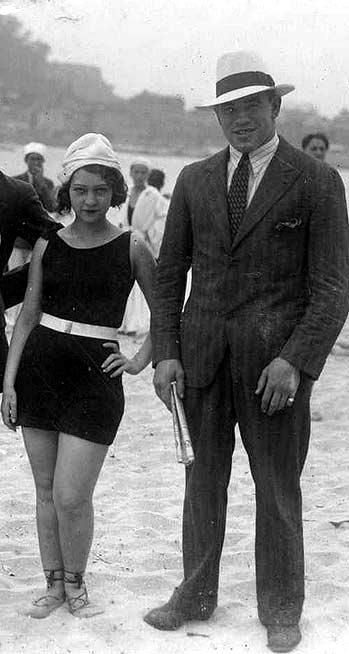 Paulino Uzcudun en la playa de la Concha.