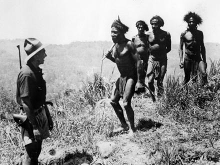 Un miembro de la expedición de los hermanos Leahy en Nueva Guinea estableciendo un primer contacto con nativos.