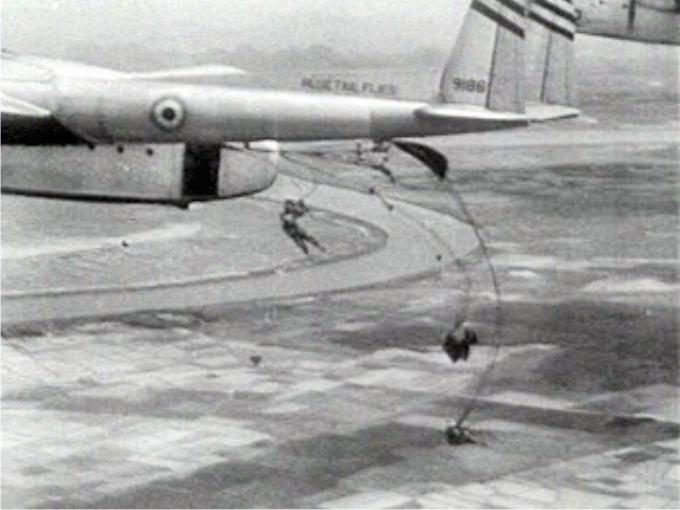 El lanzamiento de refuerzos paracaidistas sobre las posiciones francesas no sirvió para levantar el asedio vietnamita a Dien Bien Phu (1954) (CC).