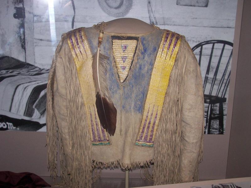 Auténtica camisa de Nube Roja, regalada por él a un antiguo militar y hoy expuesta en el museo de Pine Ridge.