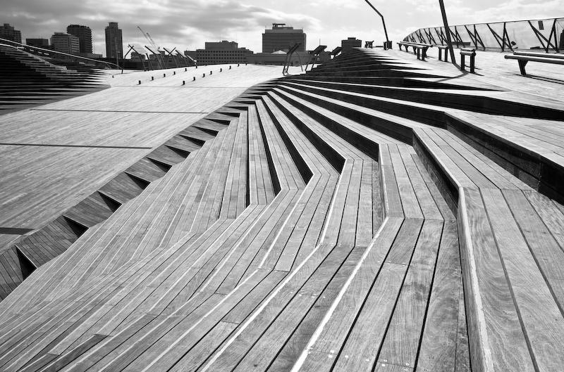 Dunas de madera funcionales coronando la cubierta de la terminal marítima. Foto: Lee Dykxhoorn (CC)