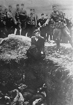 Un judío ucraniano es ejecutado delante de una fosa común por un miembro del Einsatzgruppe D (PD).