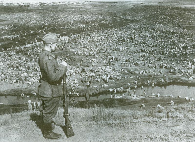 Soldado alemán vigilando un inmenso campo de prisioneros soviéticos tras la Batalla de Kiev (PD).