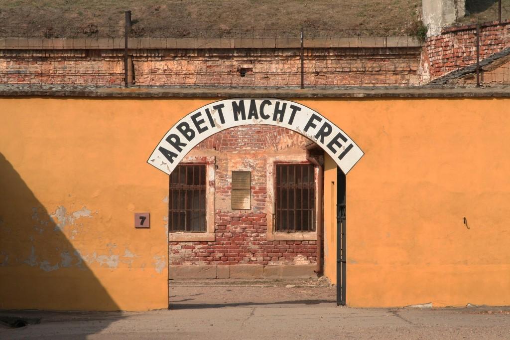 La entrada al campo de Theresienstadt. (Fotografía: CC / felixtriller)