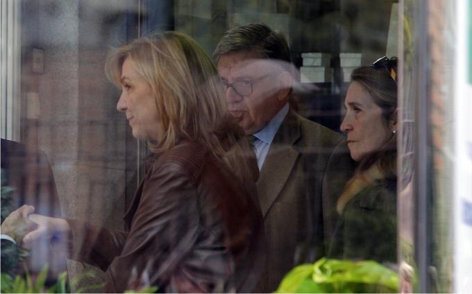 La infanta Elena de Borbón y la infanta Cristina de Borbón junto a su secretario Garcia-Revenga, imputado en el caso Noos junto al marido de la infanta Cristina, Iñaki Urdangarin. Foto: José Luis Cuesta / Cordon Press.