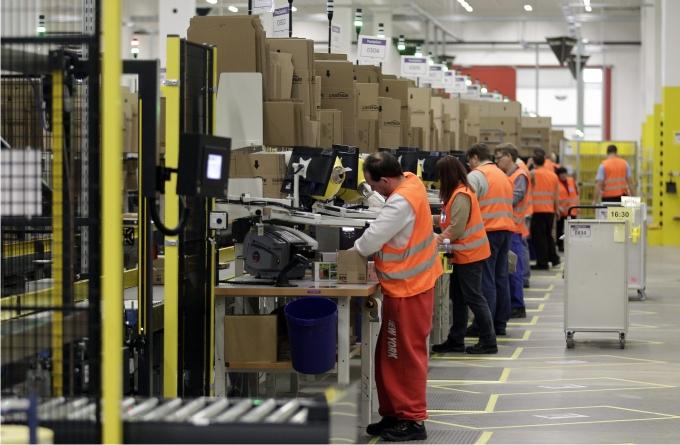 Trabajadores de Amazon en el almacén de distribución de Brieselang. Foto REUTERS Cordon Press.