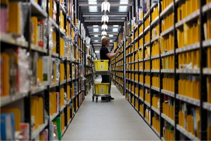 Un trabajador clasifica envíos de Amazon en el centro de Peterborough Cambridgeshire. Foto Cordon Press.