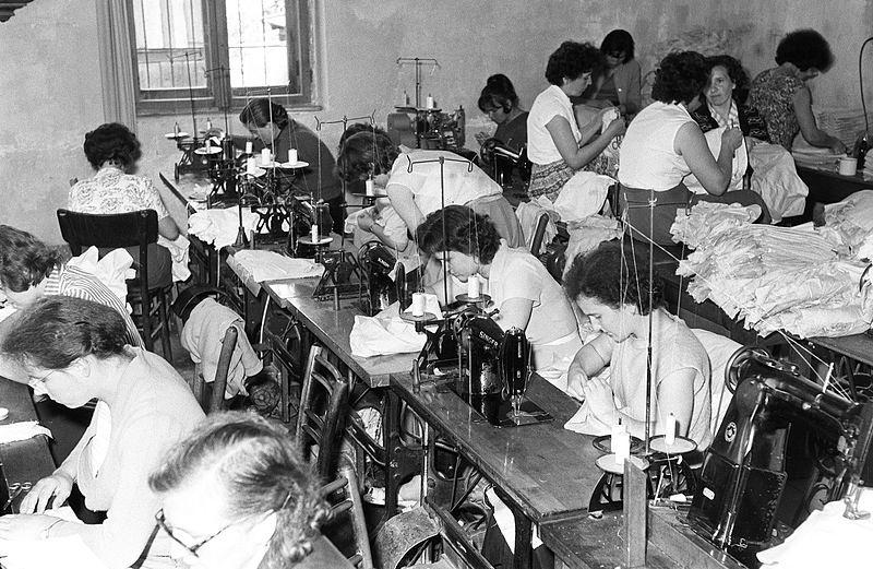 Mujeres en un taller de confección de moda. Eslovenia, 29 Junio 1961. Foto: Danilo Škofič (CC).
