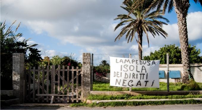 Los habitantes expresan su malestar con mensajes al Ayuntamiento: «Lampedusa, la isla de los derechos negados».