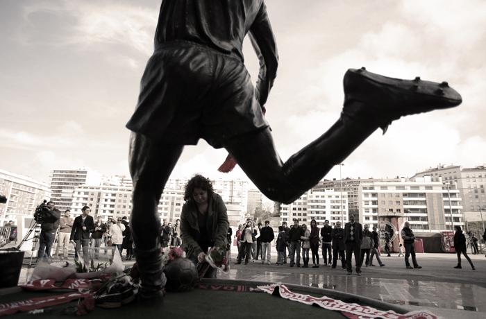 Homenajes a Eusebio en su escultura conmemorativa, ante el estadio Luz de Lisboa (Cordon Press).