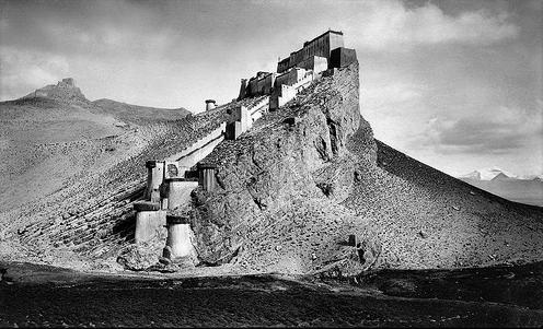 Fortaleza de Gamba, a cuyos pies pernoctó Wilson y sus sherpas en su aproximación al Everest. (Kampa Dzong, Tibet [1904] John C. White)