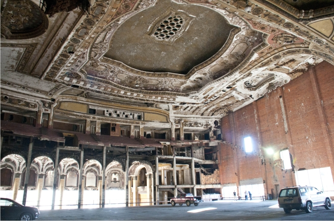 Interior de The Michigan Theatre, abandonado desde hace años y convertido en parking improvisado. Foto: