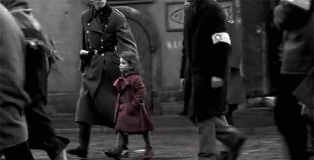 """La famosa niña del abrigo rojo, toque expresionista que fue uno de los muchos detalles sorprendentes en """"La lista de Schindler"""", con la que Spielberg se metió a la crítica en el bolsillo."""