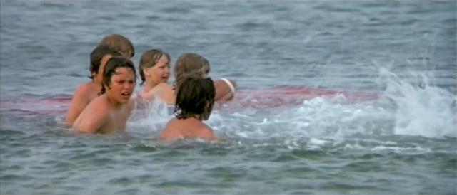 Niños en el agua, un balón y lo que parece sangre... medios mínimos para crear una tensión máxima.