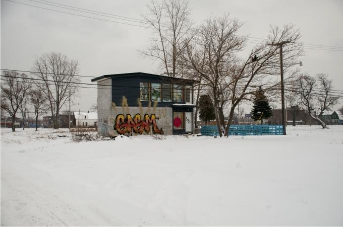 Una casa construida recientemente por un artista de Nueva York y abandonada a los pocos meses.