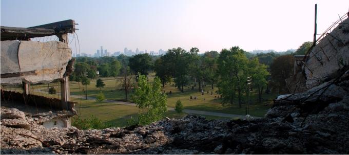 Vista del Skyline de Detroit desde el tejado de la Packard Plant, con el Cementerio Lutherano en primer término. Foto: Diego E. Barros.